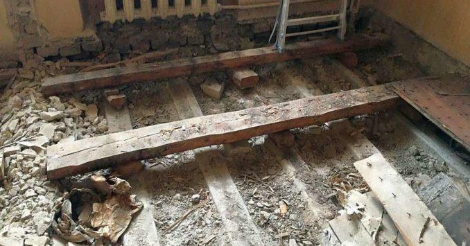 Выравнивание деревянного пола при помощи выставления в уровень лаг