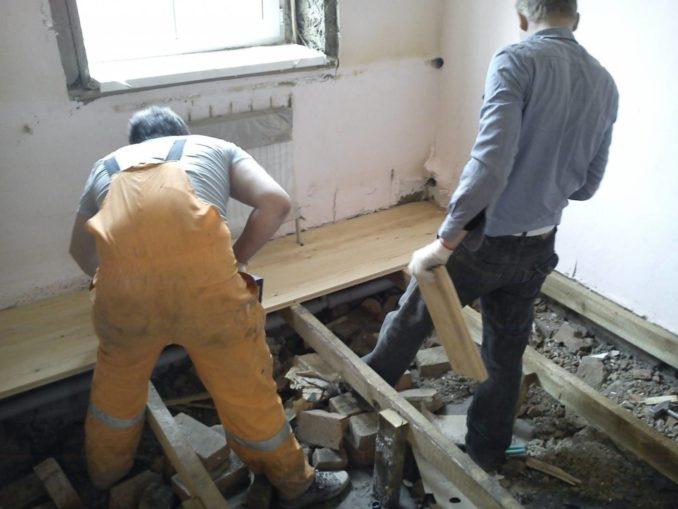 Как выровнять деревянный пол при помощи лаг