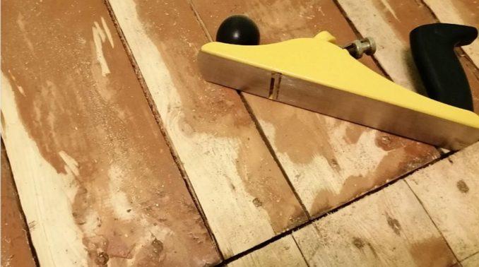 Чем лучше выровнять деревянный пол в доме если нет электроинструмента