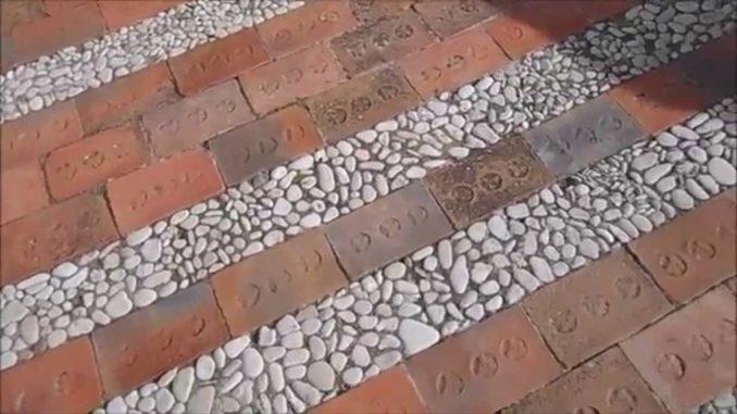 Плитка из гальки комбинируется с керамической половой плиткой